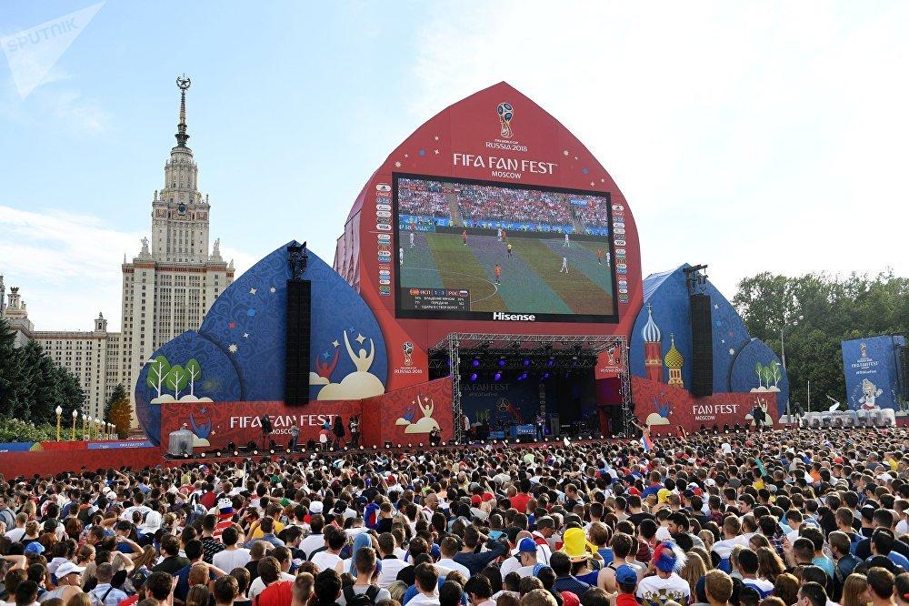 Torcedores na FIFA FAN FEST, em Moscou, para acompanhar Rússia x Espanha, pelas oitavas de final da Copa do Mundo 2018