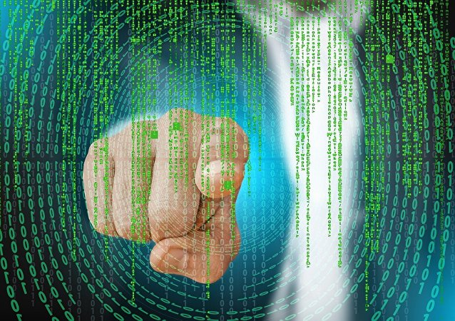 Mão em meio a códigos binários