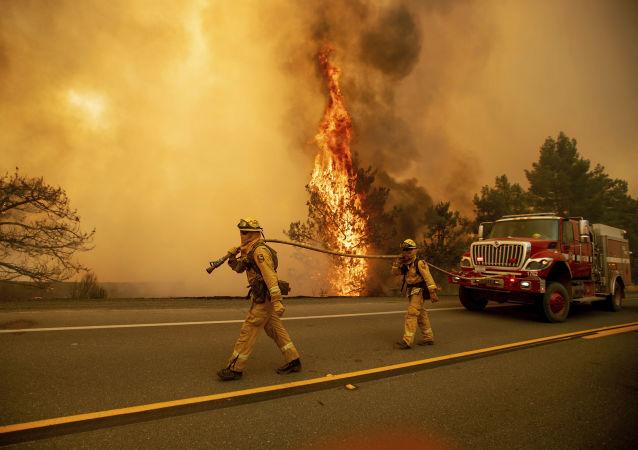 Bombeiros durante extinção de incêndios florestais na região de Clearlake Oaks, Califórnia