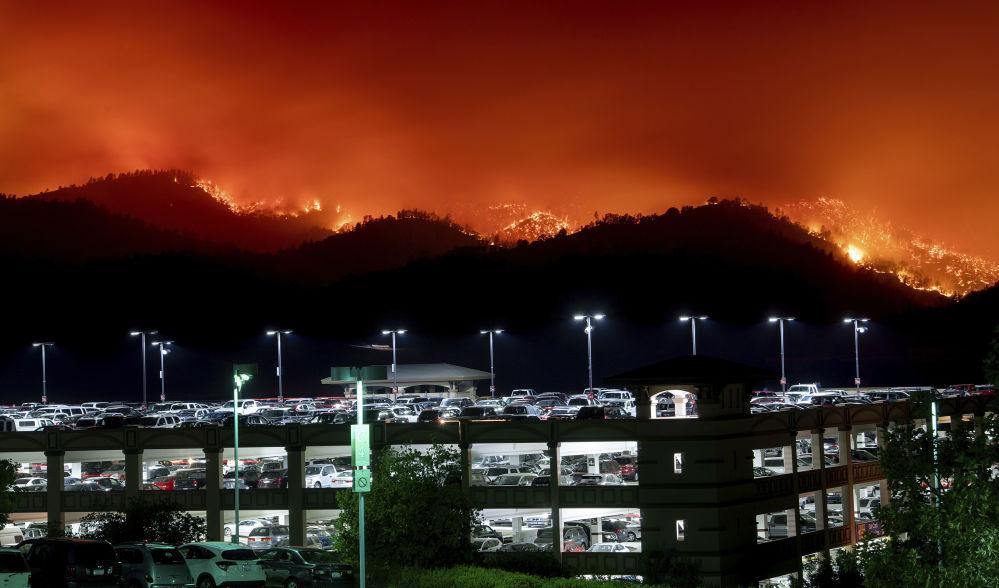 Incêndios florestais se aproximando de um estacionamento de carros em Capay, Califórnia