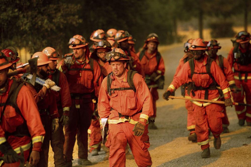 Bombeiros durante extinção de incêndios florestais, Califórnia