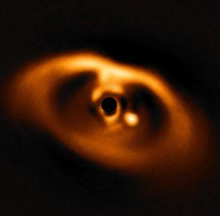 A primeira imagem do nascimento de um planeta ao redor da jovem estrela PDS 70, captada pelo dispositivo SPHERE, instalado no grande telescópio VLT do Observatório Paranal