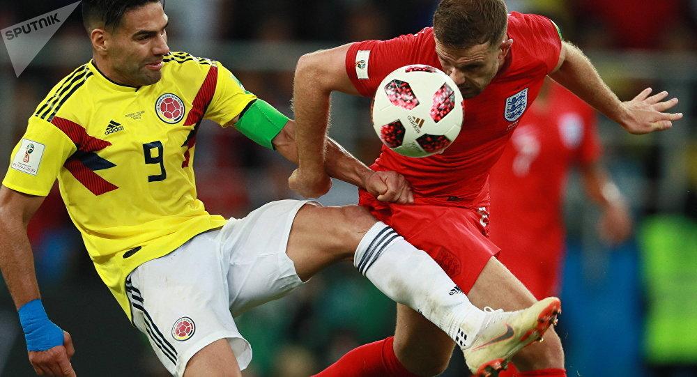 Falcao García e Jordan Henderson brigando pela bola no duelo entre Colômbia e Inglaterra, pelas oitavas de final da Copa do Mundo
