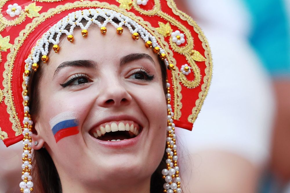 Torcedora da Seleção Russa sorrindo antes da partida entre Espanha e Rússia nas oitavas de final da Copa do Mundo 2018