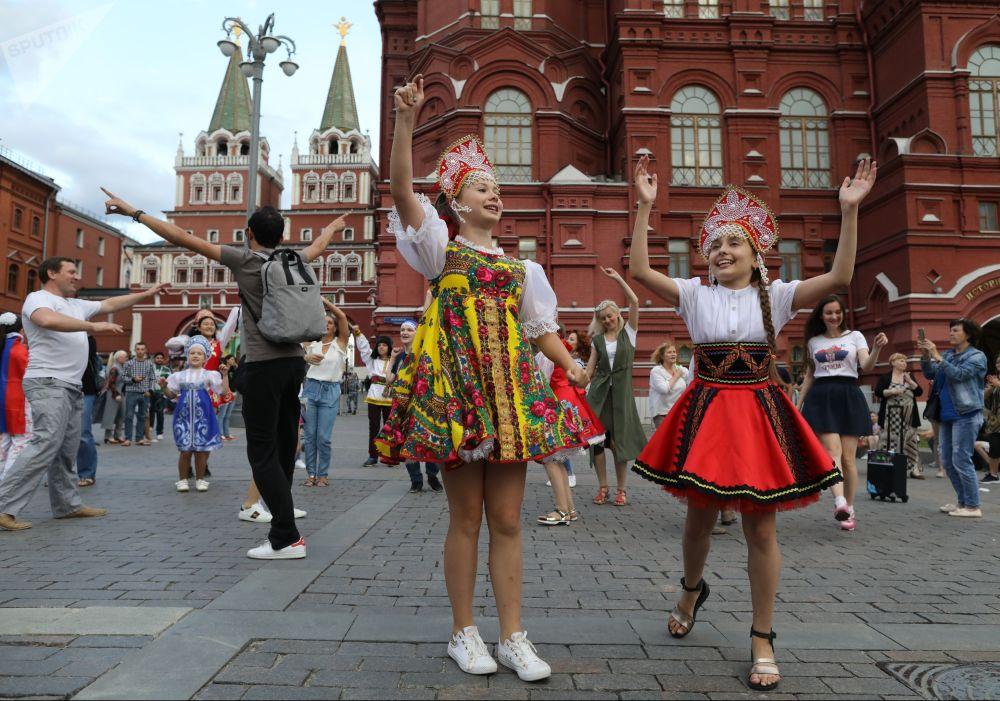 Torcedores dançam na praça Manezhnaya no centro de Moscou