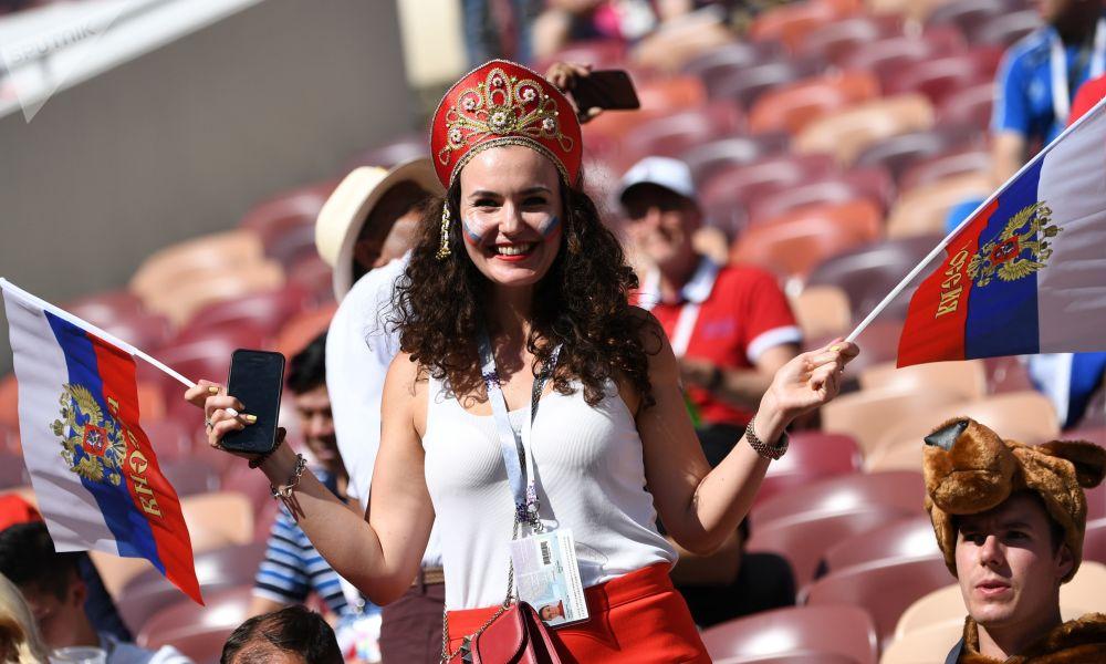 Torcedores chegam ao campo para ver ao vivo a partida entre Espanha e Rússia na Copa do Mundo