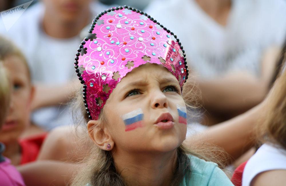 Menina apoia sua seleção na partida entre França e Espanha nas oitavas de final da Copa do Mundo