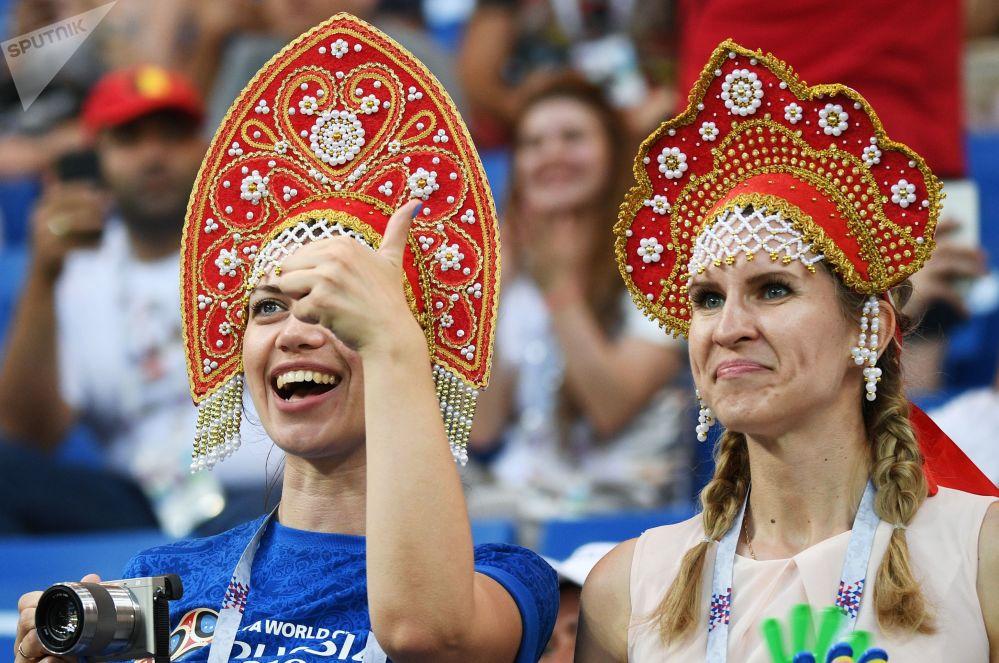 Torcedoras assistem à partida entre as seleções da Bélgica e do Japão nas oitavas de final da Copa do Mundo