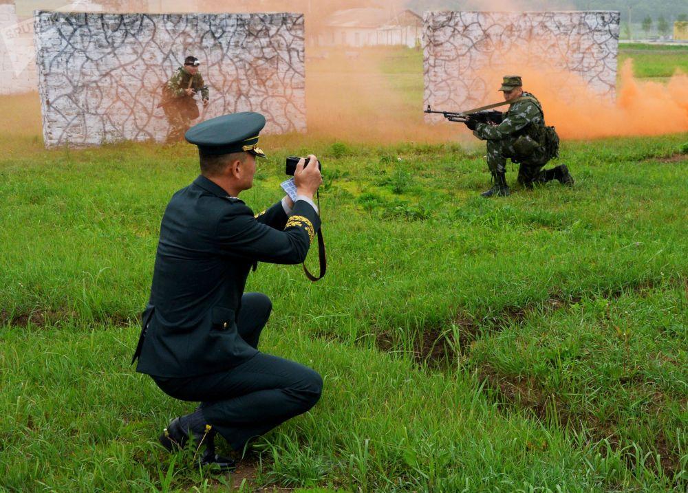 Militar sul-coreano tira fotos de soldados durante exercícios militares no campo de treinamento Sergeevsky na região russa de Primorie