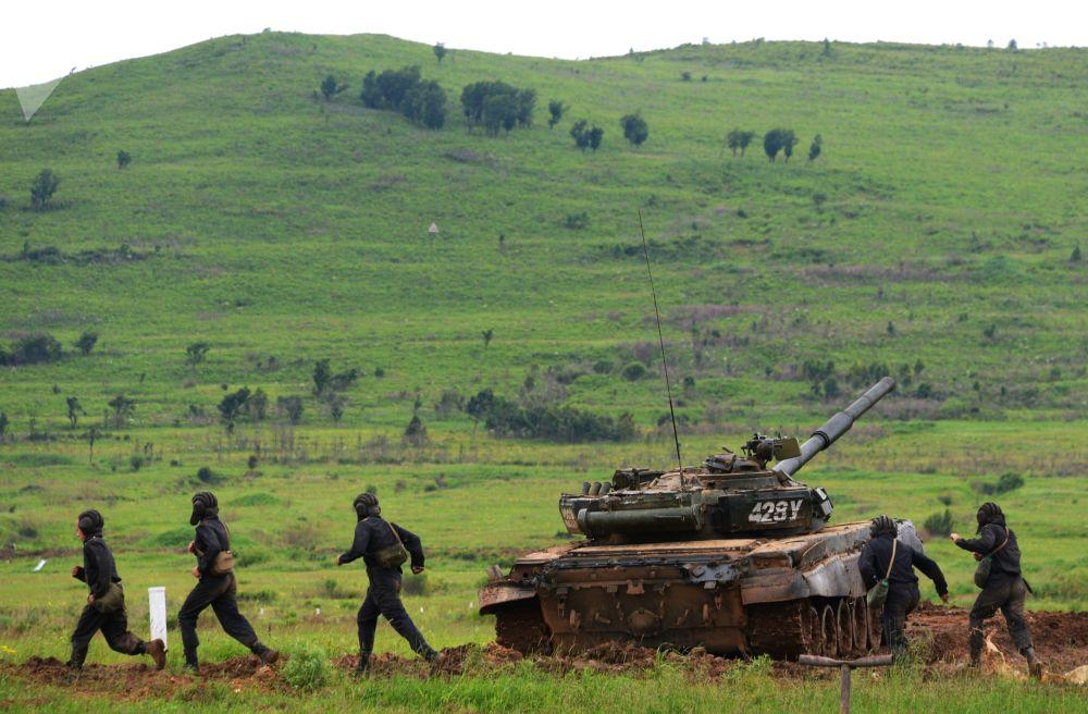 Militares do 5º Exército do Distrito Militar Oriental antes do exercício de tiro no campo de treinamento Sergeevsky na região russa de Primorie