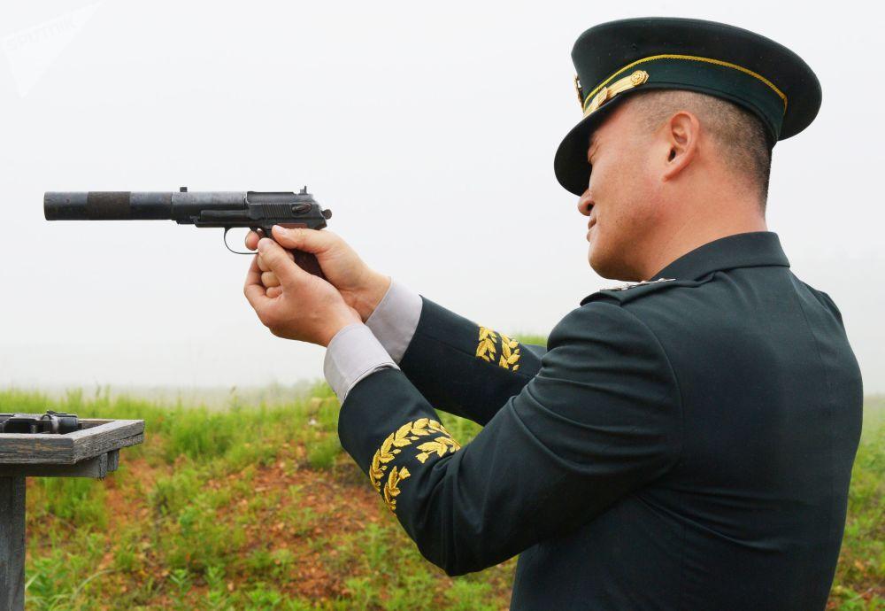 Militar sul-coreano durante o exercício de tiro no campo de treinamento Sergeevsky na região russa de Primorie