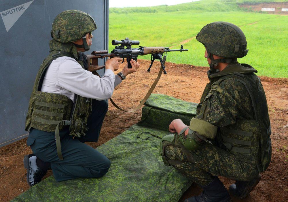 Militar sul-coreano durante o exercício de tiro com fuzil de precisão no campo de treinamento Sergeevsky na região russa de Primorie