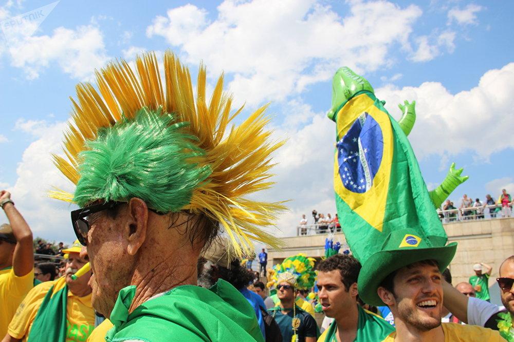 Torcedor brasileiro ao dar boas-vindas à Seleção perto do hotel Mirage, em Kazan, em 5 de julho de 2018