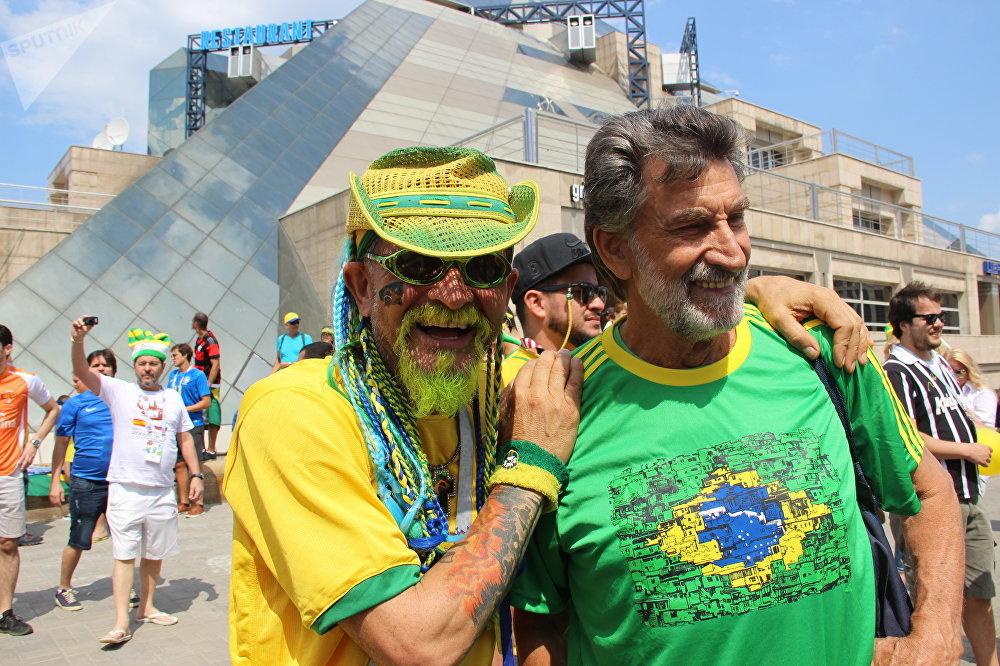 Torcedores brasileiros ao dar boas-vindas à Seleção perto do hotel Mirage, em Kazan, em 5 de julho de 2018