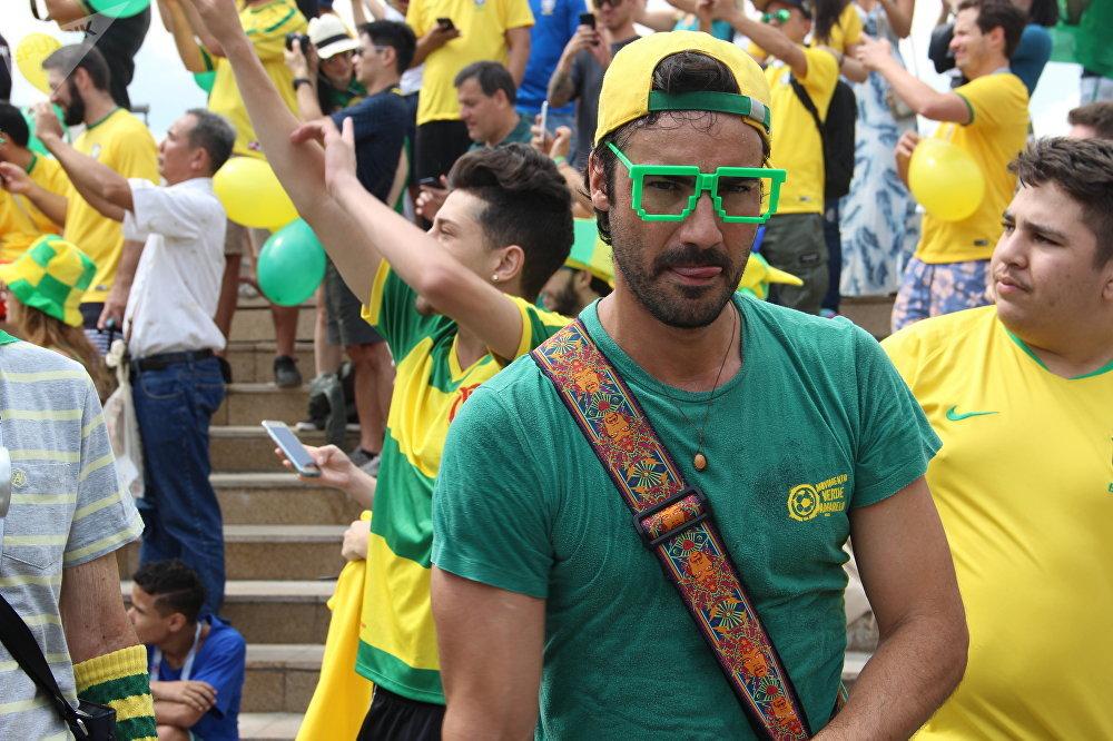 Luiz, líder da torcida Movimento Verde e Amarelo, ao dar boas-vindas à Seleção perto do hotel Mirage, em Kazan, em 5 de julho de 2018