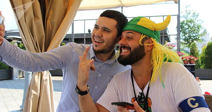 Tomer Savoia, capitão da torcida brasileira na Rússia que virou meme, faz selfie com fã