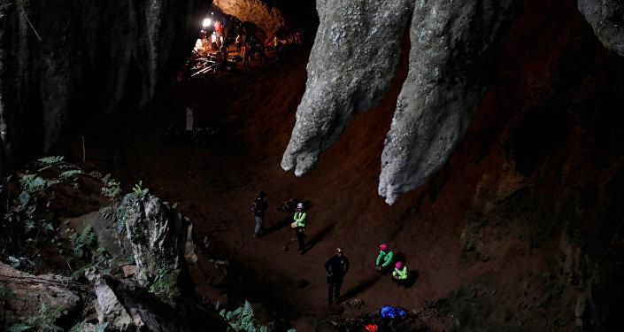 Equipe de resgate no complexo de cavernas de Tham Luang durante operação para salvar 12 meninos e o técnico de um time de futebol infantil