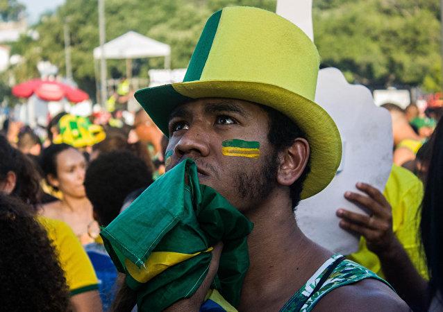 Torcedor sofre durante o jogo que eleiminou o Brasil na Copa do Mundo de 2018.