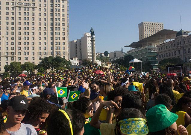 Multidão se aglomera na Praça Mauá, no Rio de Janeiro, para ver a partida entre Brasil e Bélgica pelas quarta de final da Copa do Mundo de 2018.