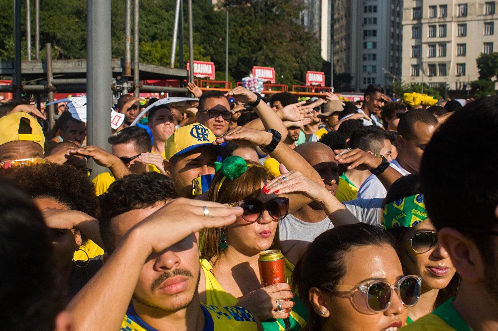 Sol forte no Rio de Janeiro atrapalha a visão dos torcedores na Praça Mauá durante a Copa do Mundo de 2018.