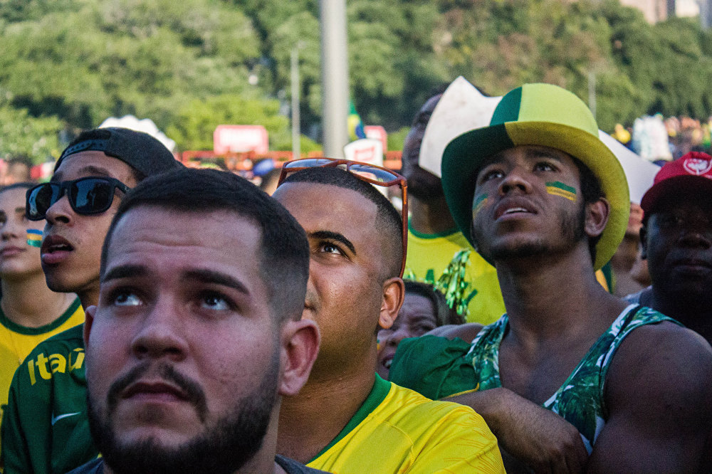 Torcedores aflitos olham para o telão esperando que o Brasil reaja ao placar favorável à Bélgica.