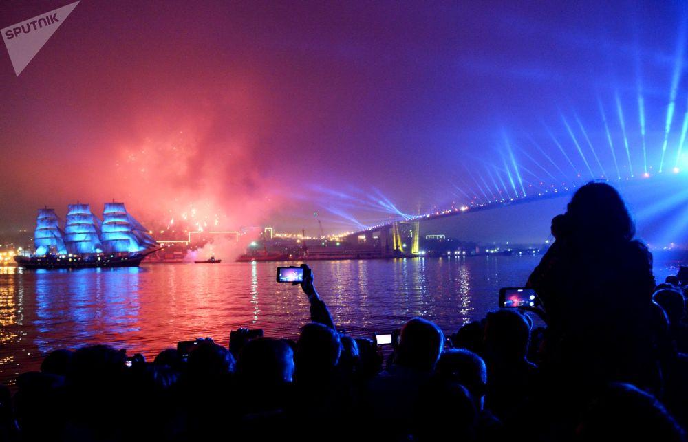 """Navio-escola de três mastros Pallada na festa dos finalistas """"Asas do Oriente"""" em Vladivostok"""
