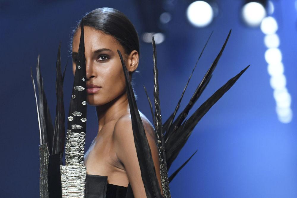 Modelo apresentando uma coleção de Jean-Paul Gaultier do decorrer de um show de moda em Paris