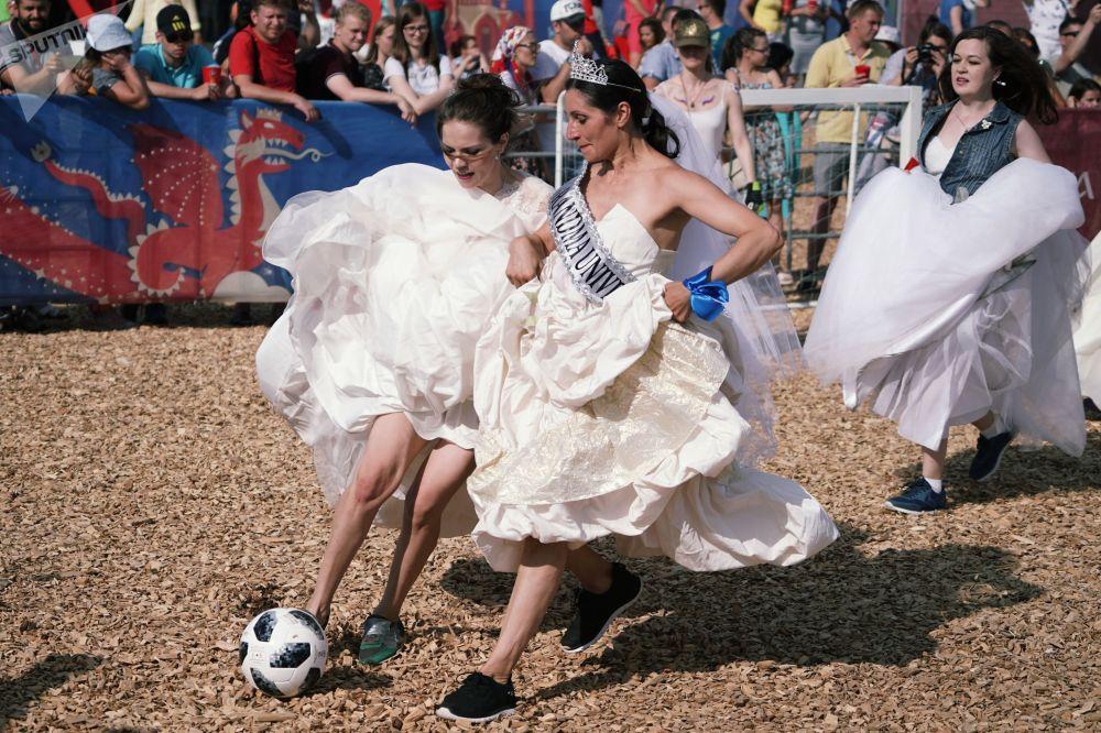 Participantes do jogo de futebol entre noivas em Kazan