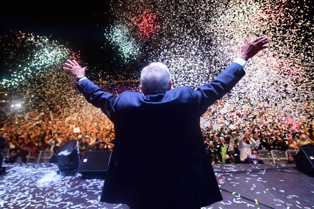 Presidente mexicano recém-eleito saudando seus apoiadores após a divulgação dos resultados das eleições presidenciais na Praça de Constituição, na Cidade do México