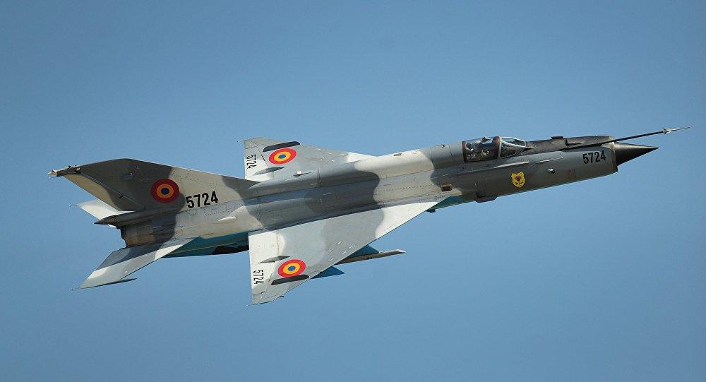 Caça MiG-21 da Força Aérea da Romênia durante voo de apresentação sobre o aeroporto de Kogalniceanu, perto de Constança, 8 de junho de 2011