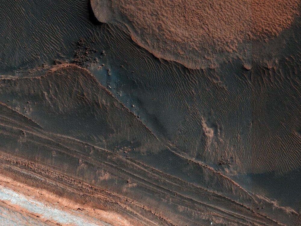 Depósitos estratificados no Polo Norte de Marte (25 de março de 2018)