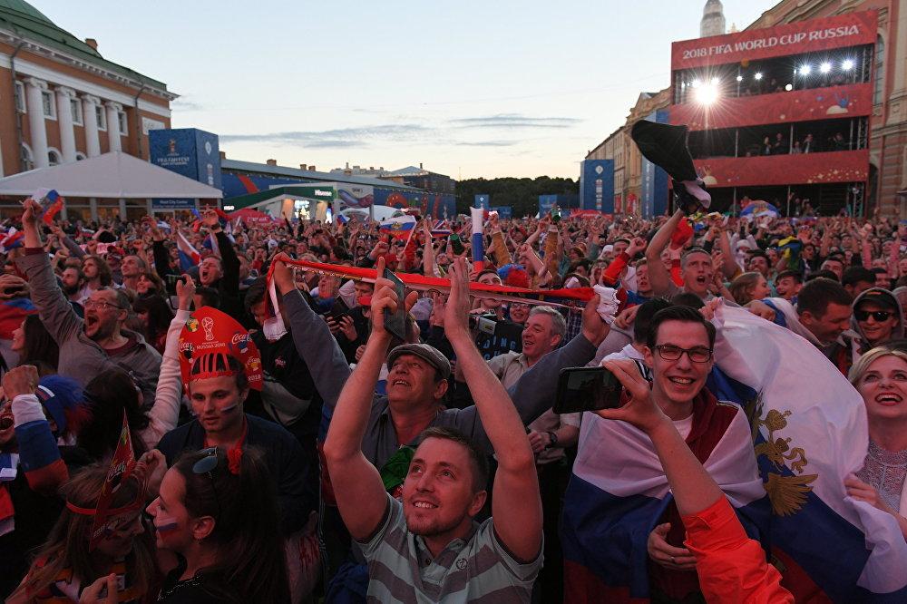 Torcida russa faz a festa em São Petersburgo durante jogo das quartas de final.