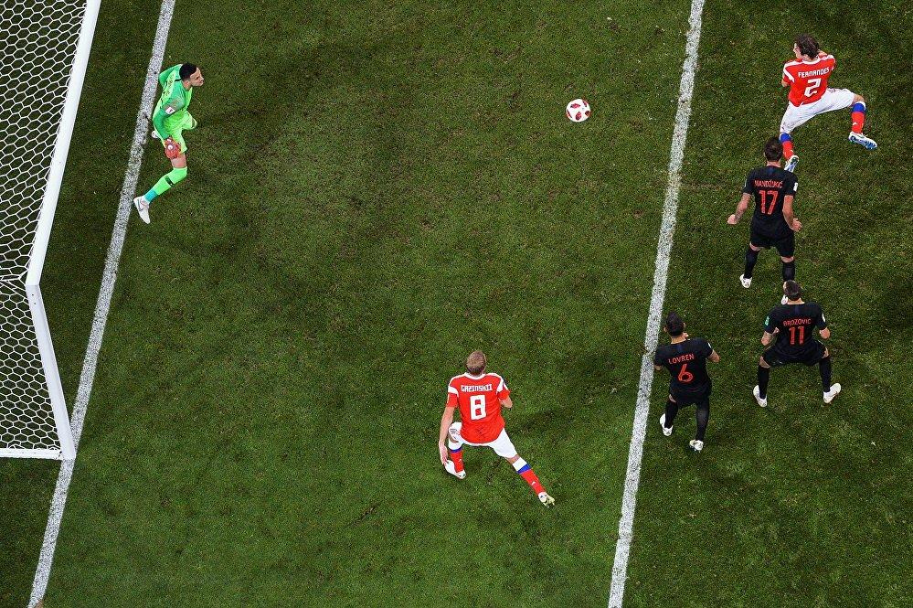 Mário Fernandes marca de cabeça no segundo tempo da partida entre Rússia e Croácia, empatando a partida para o time da casa.