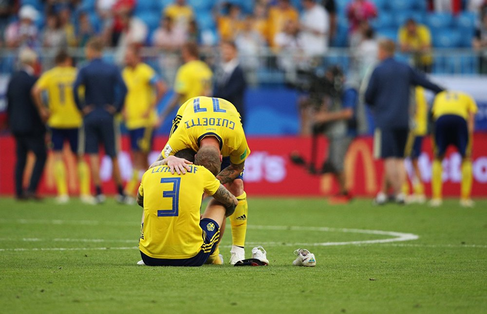 Jogadores da Suécia lamentam derrota diante da Inglaterra nas quartas de final da Copa do Mundo de 2018.