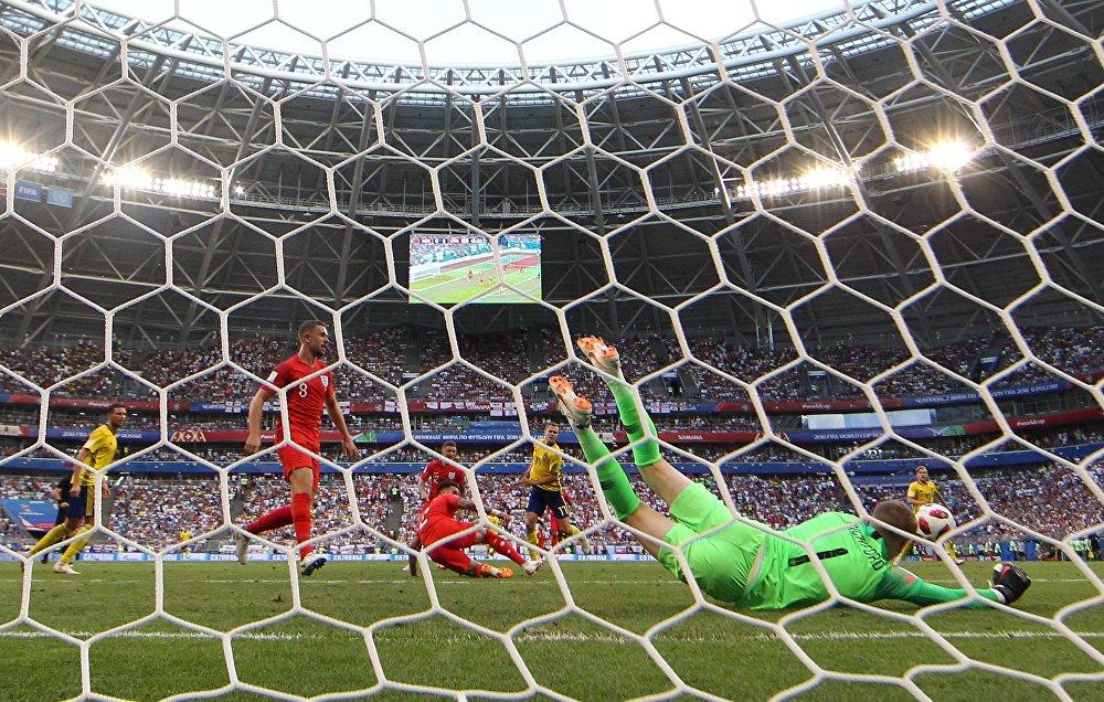 Goleiro inglês Pickford faz defesa durante partida contra a Suécia nas quartas de final da Copa do Mundo.
