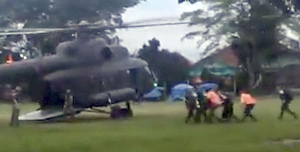 Equipe de resgate evacua supostamente um menino resgatado desde a caverna inundada Tham Luang, Tailândia