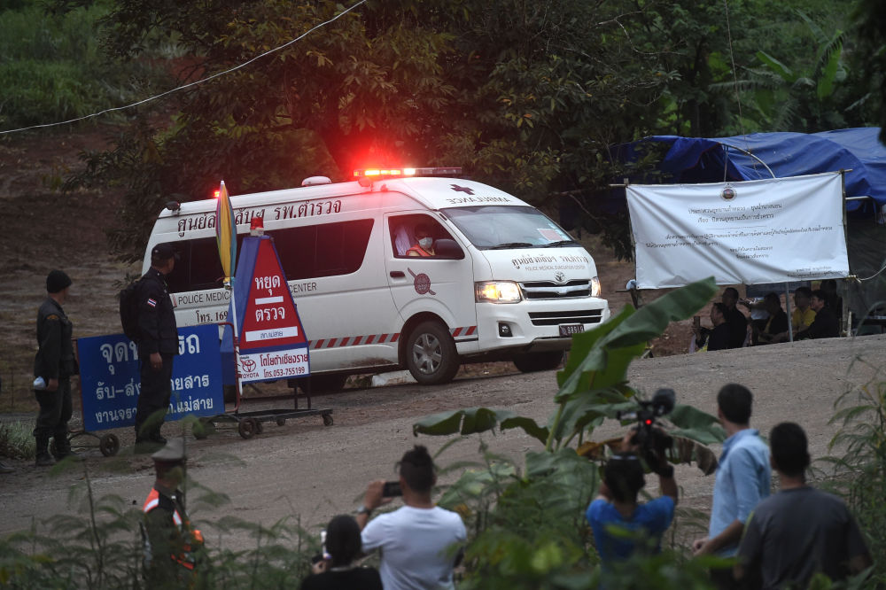 Ambulância deixa o local de entrada na caverna inundada Tham Luang