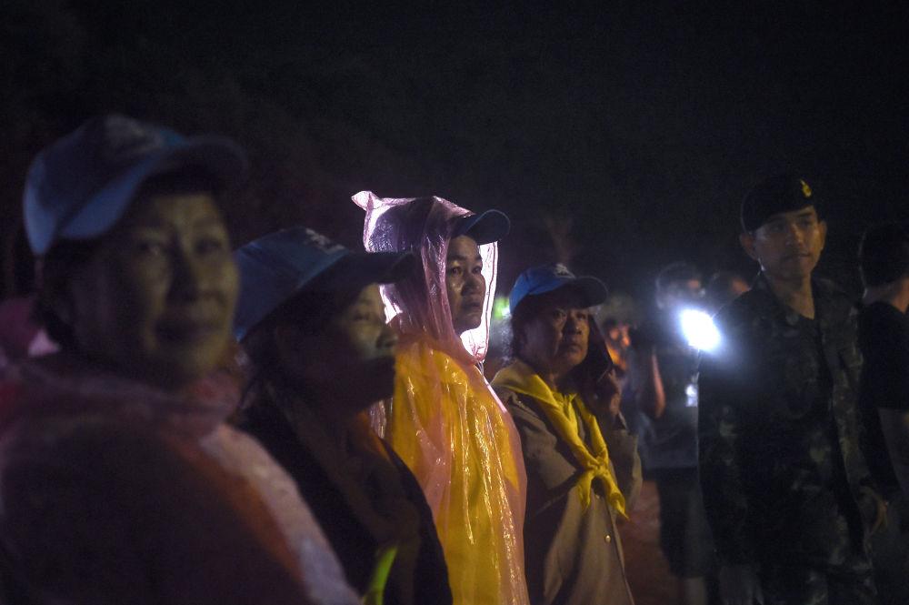 Voluntários e militares participam da operação de resgate para salvar os meninos presos na caverna