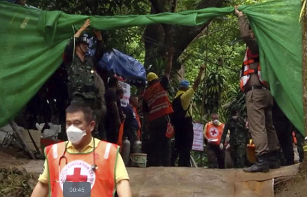 Equipe de resgate transporta em maca supostamente um menino salvo da caverna