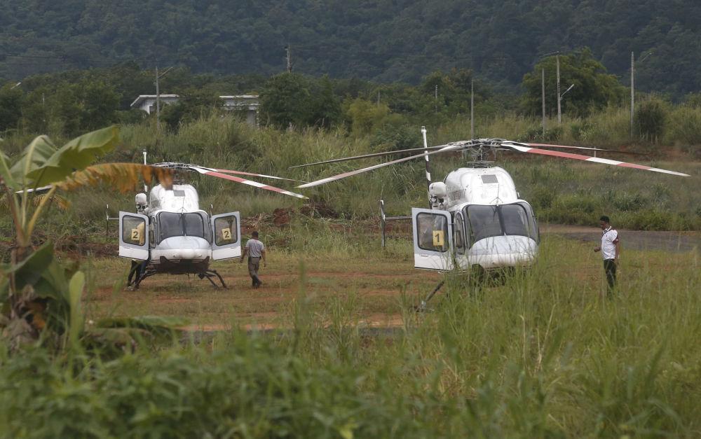 Helicópteros dos serviços de emergência nas proximidades da caverna inundada Tham Luang