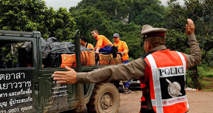 Participantes da operação de resgate dos 12 meninos e seu técnico junto ao complexo de cavernas Tham Luang, Tailândia, 8 de julho