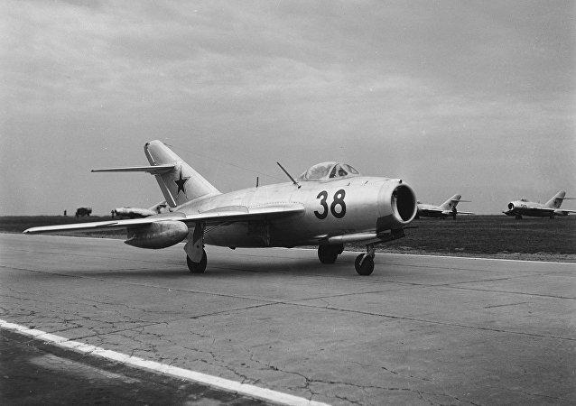 Caça soviético MiG-15 decola da base aérea de Finsterwalde na Alemanha Oriental, 27 de agosto de 1956