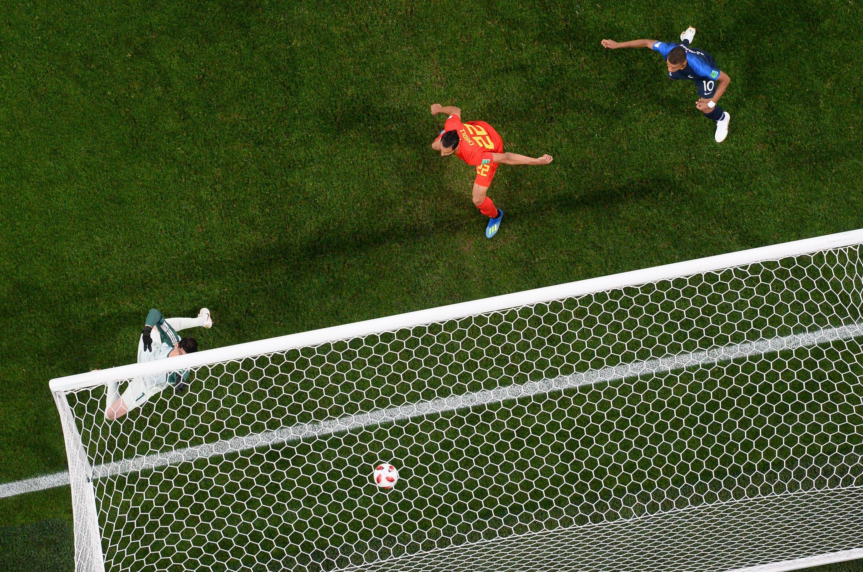 Gol de cabeça de Umtiti abre o placar para a França em São Petersburgo.