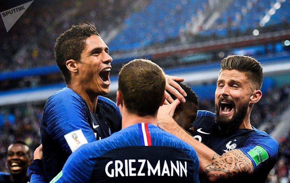 Jogadores da França celebram o gol do zagueiro Umtiti contra a Bélgica em São Petersburgo