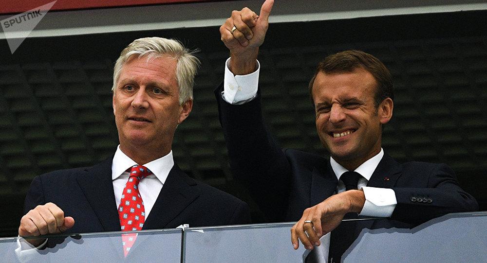 Emmanuel Macron, presidente da França, assistindo a vitória francesa sobre a Bélgica em São Petersburgo