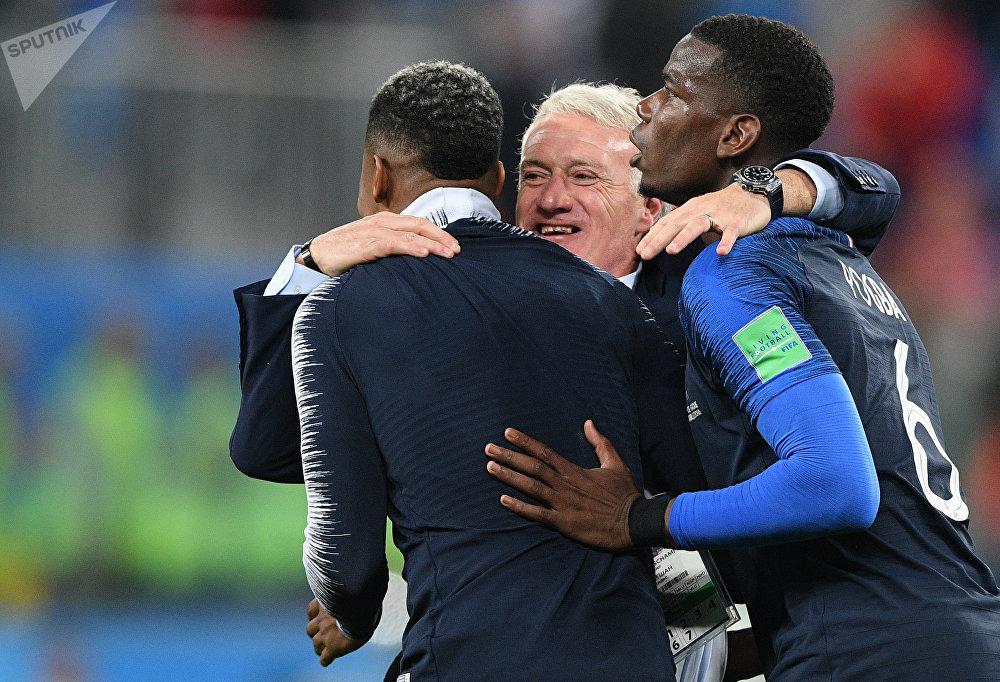 Deschamps abraça seus jogadores após vitória francesa sobre a Bélgica na semifinal da Copa do Mundo da Rússia