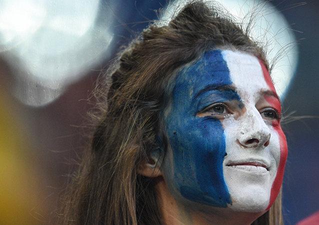 Torcedora da França feliz com a vitória da sua seleção sobre a Bélgica nesta terça-feira em São Petersburgo