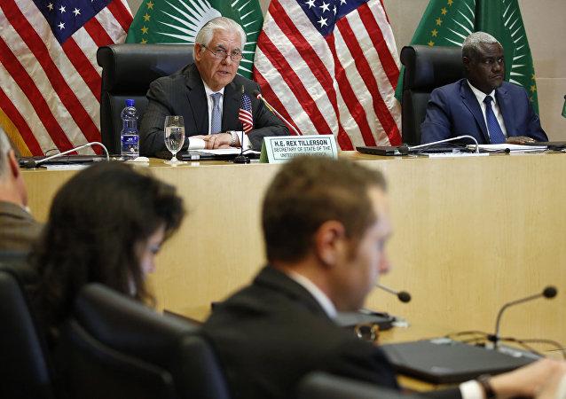 O ex-secretário de Estado dos EUA, Rex Tillerson, em coletiva com Moussa Faki, liderança da União Africana,  na Etipopia, em março de 2018.