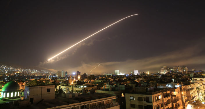 Míssil cruza o céu sobre Síria (imagem referencial)