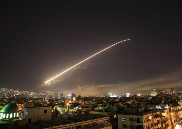 O céu de Damasco se ilumina com mísseis lançados pelos EUA na capital Síria.